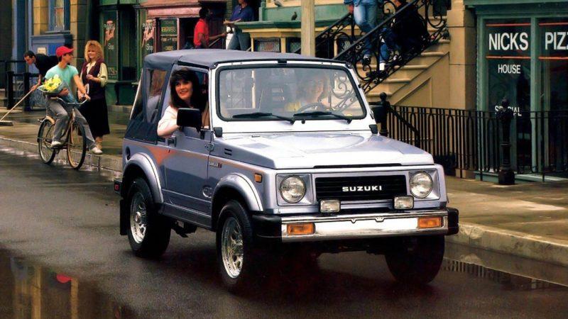 市街地を走るSamurai(Jimny)